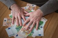 Ασφυκτικά τα 12 κριτήρια για το επίδομα των 360 ευρώ σε άνεργους μηχανικούς, γιατρούς, δικηγόρους